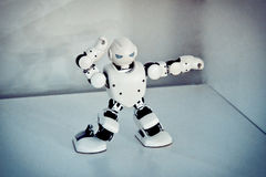 Petits robots de cyborg, humanoïdes avec le visage et danses de corps en musique Image stock