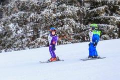 Petits skieurs non définis sur la voie du competitionin Photographie stock