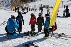 Petits skieurs sur une leçon de ski de montagne Photo stock