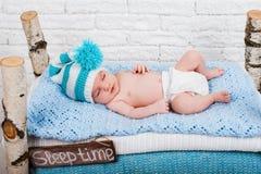 Petits sommeils nouveau-nés de bébé garçon Image libre de droits
