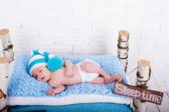 Petits sommeils nouveau-nés de bébé garçon Photo libre de droits