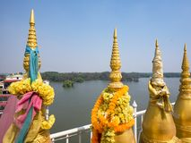 Petits stupas au temple bouddhiste en Thaïlande Photo stock