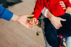 Petits stylos du ` s d'enfants L'enfant est aux mains des parents Image libre de droits