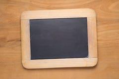 Petits tableaux noirs sur la table en bois Images stock