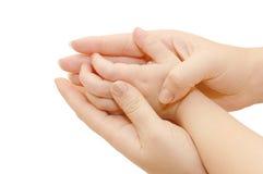 Petits traitements d'enfants dans des mains femelles Images stock
