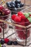 Petits verres de fruit contenant la cerise, la myrtille et rasberry photo libre de droits