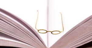 Petits verres de lecture sur le livre ouvert Photos libres de droits