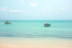 Petits vieux bateaux de pêche à l'île d'Aruba Photos libres de droits