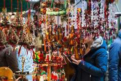 Petits violons comme cadeaux et décorations pour Noël Photos libres de droits