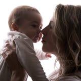 Petits visages de chéri et de mère image stock
