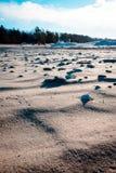 Petoskey在Charlevoix密执安向放置在密歇根湖` s海滩扔石头 图库摄影