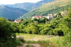 Petovac Montenegro juni 2015, sikt av staden från stranden arkivfoto