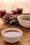 Petróleo caliente del masaje en un tazón de fuente con lavanda en un balneario Imagen de archivo