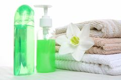 Petróleo, champô e toalha aromáticos Imagens de Stock Royalty Free