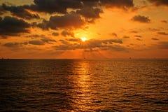 Petróleo e gás a pouca distância do mar da indústria de por do sol foto de stock royalty free
