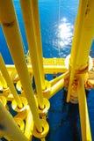 Petróleo e gás produzindo entalhes na plataforma a pouca distância do mar Fotografia de Stock Royalty Free