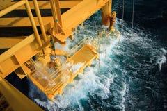 Petróleo e gás produzindo entalhes na plataforma a pouca distância do mar Fotos de Stock