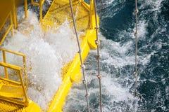 Petróleo e gás produzindo entalhes na plataforma a pouca distância do mar Imagens de Stock