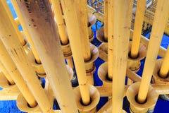 Petróleo e gás produzindo entalhes na plataforma a pouca distância do mar Fotos de Stock Royalty Free