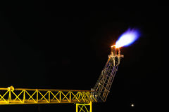 Petróleo e gás que queima-se na noite Fotografia de Stock