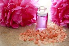 Petróleo esencial con los peonies rosados Fotos de archivo libres de regalías