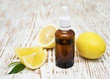 Petróleo esencial del limón Foto de archivo