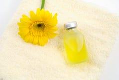 Petróleo esencial en la toalla amarilla Imagen de archivo libre de regalías