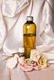 Petróleo esencial y rosas fotos de archivo libres de regalías