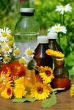 Petróleo esencial y tinte de la flor Imágenes de archivo libres de regalías