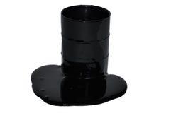 Petróleo que se escapa de un barril Imagenes de archivo