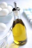 Petróleo vegetal y huevos foto de archivo
