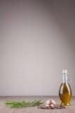 Petróleo verde-oliva e especiarias foto de stock