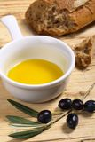 Petróleo verde-oliva e pão Fotografia de Stock Royalty Free