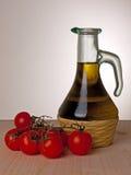 Petróleo verde-oliva e tomates, dieta mediterrânea Fotos de Stock Royalty Free