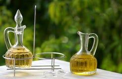 Petróleo verde-oliva e vinagre imagem de stock royalty free