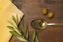 Petróleo verde-oliva em uma colher Fotografia de Stock Royalty Free