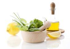 Petróleo verde-oliva, ervas da cura e limão Fotografia de Stock Royalty Free