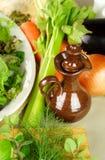 Petróleo verde-oliva Pourer com vegetais Foto de Stock