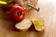 Petróleo verde-oliva sobre o pão Fotografia de Stock Royalty Free