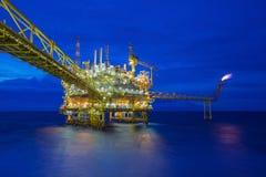 Petróleo y gas costero que procesa la plataforma, industria del petróleo y gas para tratar los gases crudos y enviado a la refine fotografía de archivo libre de regalías