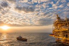 Petróleo y gas costero que procesa la plataforma, industria del petrolium a imagen de archivo