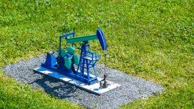 Petróleo y gas de bomba de aceite bien en miniatura foto de archivo