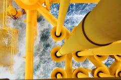 Petróleo y gas produciendo las ranuras en la plataforma costera, la plataforma en la mala condición atmosférica , Industria del p Fotos de archivo