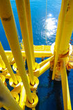 Petróleo y gas produciendo ranuras en la plataforma costera Fotografía de archivo libre de regalías
