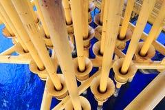 Petróleo y gas produciendo ranuras en la plataforma costera Imágenes de archivo libres de regalías