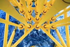 Petróleo y gas produciendo ranuras en la plataforma costera, industria del petróleo y gas Ranura principal bien en la plataforma  Imagen de archivo libre de regalías