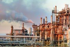 Petróleo y industria petrolera - refinería en el crepúsculo imagen de archivo libre de regalías