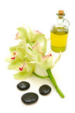 Petróleo y piedras del masaje con las orquídeas Imagen de archivo libre de regalías