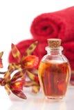 Petróleos esenciales, toallas y orquídea Fotografía de archivo libre de regalías