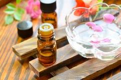 Petróleos essenciais com rosas Imagens de Stock